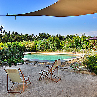 Holiday farmhouse between Cavaillon and L'Isle sur la Sorgue, sleeps 8, heated pool