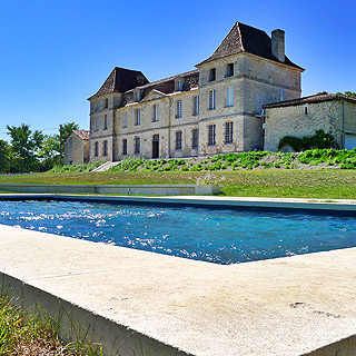 Castle sleeps 20 with private pool for holiday with friends or family in Bouteilles, Dordogne