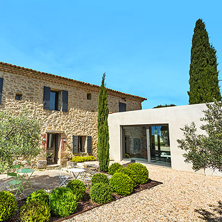 Airconditioned holiday rental with heated pool and private tennis court for your holidays in Provence